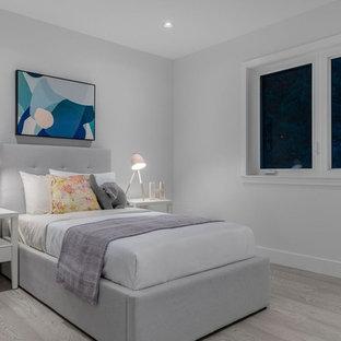 Ejemplo de dormitorio infantil de 4 a 10 años, minimalista, grande, con paredes blancas, suelo de madera clara y suelo beige