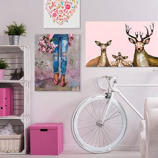 Exemple d'une chambre d'enfant industrielle avec un bureau, un mur blanc, sol en stratifié et un sol beige.