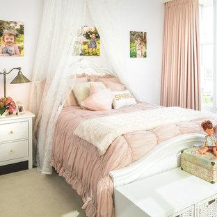 Ejemplo de dormitorio infantil de 4 a 10 años, romántico, de tamaño medio, con paredes blancas, suelo de madera oscura y suelo beige