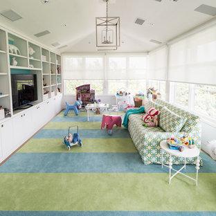 Esempio di un'ampia cameretta per bambini da 4 a 10 anni chic con pareti bianche, moquette e pavimento multicolore