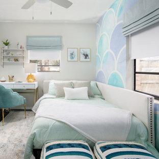 Foto de dormitorio infantil contemporáneo con paredes multicolor y suelo azul