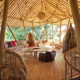 Foto på ett stort tropiskt könsneutralt barnrum, med bambugolv