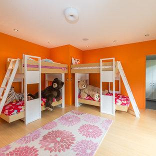 Inspiration för stora moderna flickrum kombinerat med sovrum och för 4-10-åringar, med orange väggar, ljust trägolv och beiget golv
