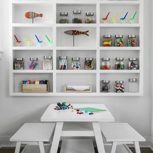 Inspiration för ett maritimt könsneutralt barnrum, med vita väggar, mörkt trägolv och brunt golv