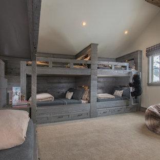 Modelo de dormitorio infantil rústico con paredes blancas, moqueta y suelo beige
