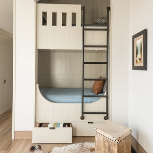 Idee per una cameretta per bambini chic con pareti bianche, parquet chiaro e pavimento beige