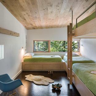 Réalisation d'une chambre d'enfant de 4 à 10 ans chalet avec un mur blanc et un sol marron.