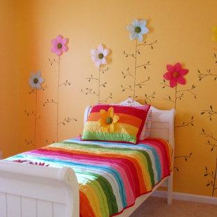Inspiration för ett eklektiskt flickrum kombinerat med sovrum och för 4-10-åringar, med gula väggar och heltäckningsmatta