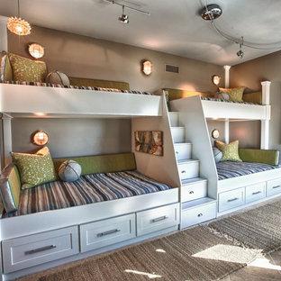 Maritim inredning av ett stort könsneutralt barnrum kombinerat med sovrum, med grå väggar och klinkergolv i keramik