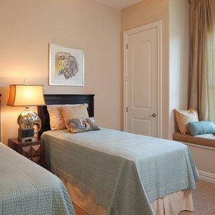 Foto på ett mellanstort tropiskt könsneutralt tonårsrum kombinerat med sovrum, med beige väggar, heltäckningsmatta och beiget golv