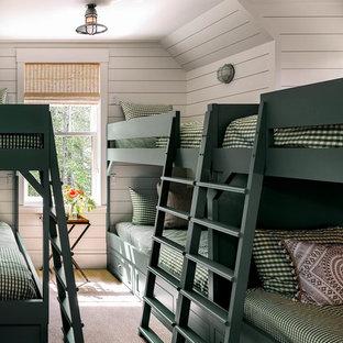 Idee per una piccola cameretta per bambini da 4 a 10 anni stile americano con pareti bianche, moquette e pavimento beige
