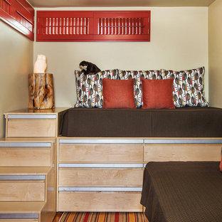 Inspiration för små eklektiska könsneutrala barnrum kombinerat med sovrum och för 4-10-åringar, med beige väggar, mellanmörkt trägolv och flerfärgat golv
