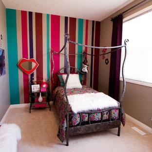 Immagine di una cameretta per bambini eclettica con pareti multicolore e moquette