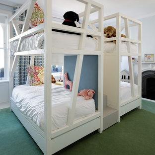 Imagen de dormitorio infantil de 4 a 10 años, clásico renovado, grande, con paredes blancas, moqueta y suelo verde