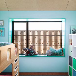 Foto di una cameretta per bambini scandinava con pareti blu, moquette, pavimento grigio e soffitto in perlinato