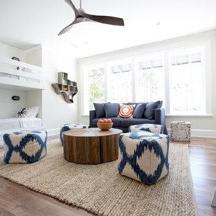Idée de décoration pour une très grand chambre neutre de 4 à 10 ans marine avec un mur gris et un sol en bois brun.