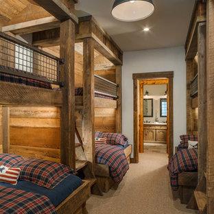 Idées déco pour une chambre d'enfant montagne de taille moyenne avec un mur blanc, moquette et un sol marron.