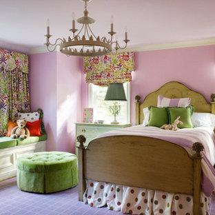 Foto på ett stort vintage flickrum kombinerat med sovrum och för 4-10-åringar, med rosa väggar, heltäckningsmatta och lila golv