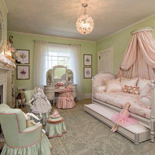 Foto di una cameretta per bambini vittoriana con pareti verdi e moquette
