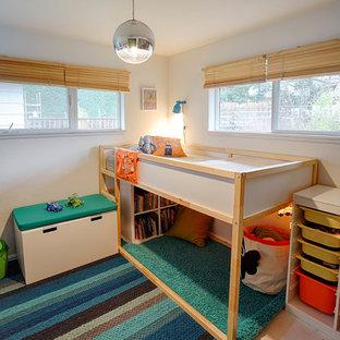 Cette photo montre une petite chambre d'enfant de 1 à 3 ans scandinave avec un mur blanc et un sol en bois peint.
