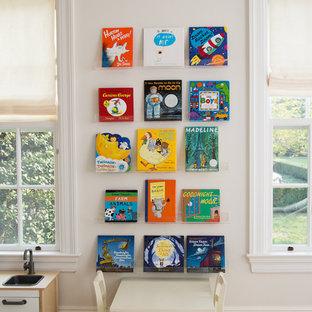 Bild på ett litet funkis könsneutralt barnrum kombinerat med lekrum och för 4-10-åringar, med vita väggar och heltäckningsmatta