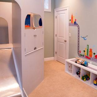 Inredning av ett modernt mellanstort barnrum kombinerat med lekrum, med grå väggar och heltäckningsmatta