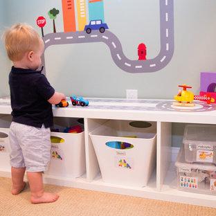 Foto på ett mellanstort funkis könsneutralt småbarnsrum kombinerat med lekrum, med grå väggar och heltäckningsmatta