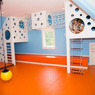 Modern inredning av ett mellanstort könsneutralt barnrum kombinerat med lekrum och för 4-10-åringar, med blå väggar och orange golv