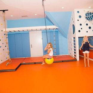Пример оригинального дизайна: нейтральная детская с игровой среднего размера в современном стиле с синими стенами и оранжевым полом для ребенка от 4 до 10 лет
