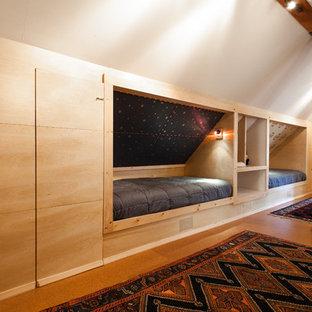 Neutrales Modernes Kinderzimmer mit Schlafplatz, weißer Wandfarbe und Korkboden in Sacramento