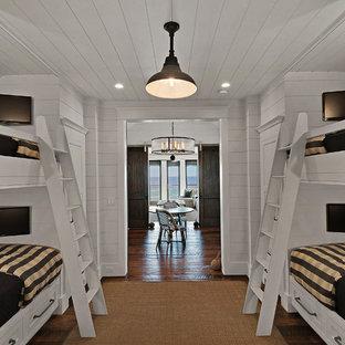 Inspiration pour une petit chambre d'enfant de 4 à 10 ans marine avec un mur blanc et un sol en bois brun.