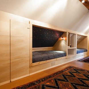Aménagement d'une chambre d'enfant de 1 à 3 ans montagne avec un mur blanc et un sol en liège.