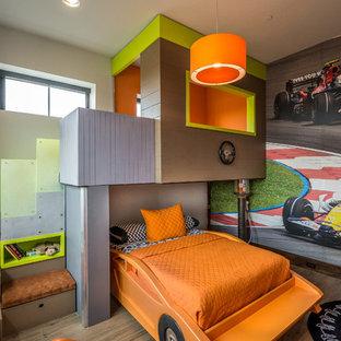 Идея дизайна: большая детская в современном стиле с спальным местом, разноцветными стенами, коричневым полом и полом из керамогранита для ребенка от 4 до 10 лет, мальчика