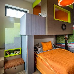 Esempio di una grande cameretta per bambini da 4 a 10 anni contemporanea con pareti multicolore, pavimento in gres porcellanato e pavimento marrone