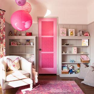 Immagine di una piccola cameretta per bambini da 4 a 10 anni eclettica con parquet scuro e pareti bianche