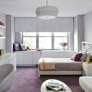 Bild på ett mellanstort funkis barnrum kombinerat med sovrum, med heltäckningsmatta, lila golv och grå väggar