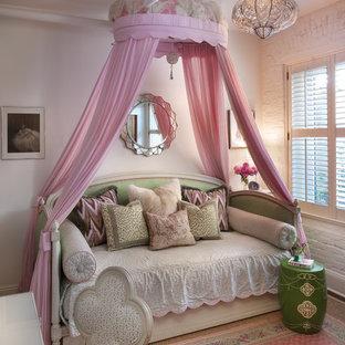 Immagine di una cameretta per bambini da 4 a 10 anni stile shabby con pareti bianche