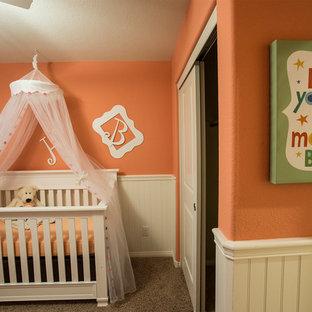 Idee per una piccola cameretta per bambini da 4 a 10 anni con pareti arancioni e moquette