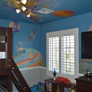 Immagine di un'ampia cameretta per bambini da 4 a 10 anni design con pareti multicolore