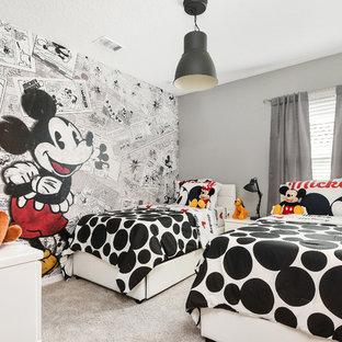 Idéer för ett modernt könsneutralt barnrum kombinerat med sovrum och för 4-10-åringar, med grå väggar, heltäckningsmatta och beiget golv