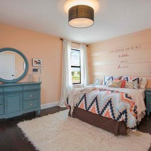Idee per una cameretta per bambini boho chic di medie dimensioni con pareti rosa e parquet scuro