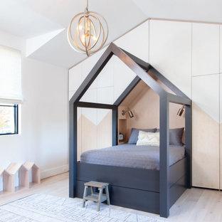 Стильный дизайн: большая детская в скандинавском стиле с белыми стенами, светлым паркетным полом, белым полом и кессонным потолком - последний тренд