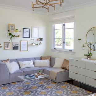 Imagen de dormitorio infantil grande con paredes blancas, moqueta y suelo multicolor