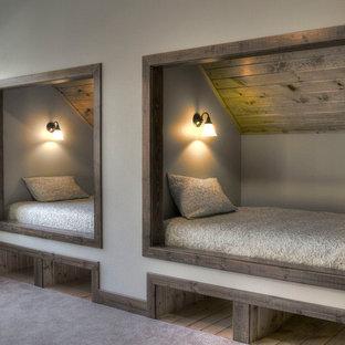 Idéer för ett rustikt könsneutralt barnrum kombinerat med sovrum, med grå väggar och heltäckningsmatta