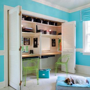 Foto de dormitorio juvenil actual con escritorio y paredes azules