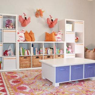 Ispirazione per una cameretta da bambina eclettica con pareti grigie e pavimento marrone