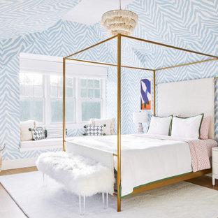 Foto på ett mellanstort maritimt flickrum kombinerat med sovrum och för 4-10-åringar, med ljust trägolv, blå väggar och beiget golv