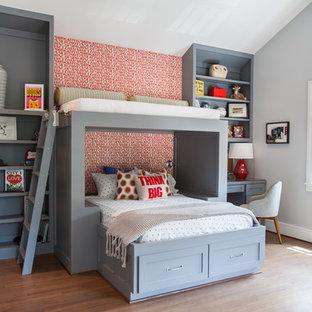 Foto di una cameretta da letto tradizionale con pareti grigie e pavimento in legno massello medio