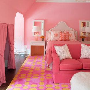 Inspiration för ett stort vintage flickrum kombinerat med sovrum, med rosa väggar och mörkt trägolv