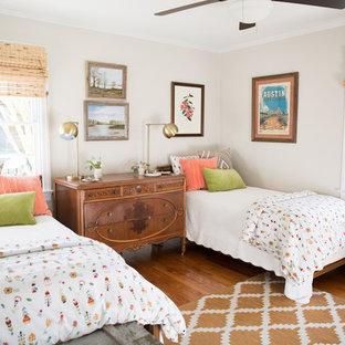 Immagine di una cameretta per bambini country di medie dimensioni con pareti grigie, pavimento in legno massello medio e pavimento marrone
